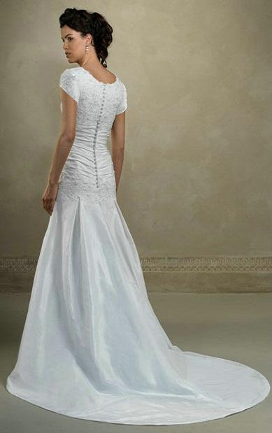 satin and lace drop-waist modest wedding dress, satin et dentelle