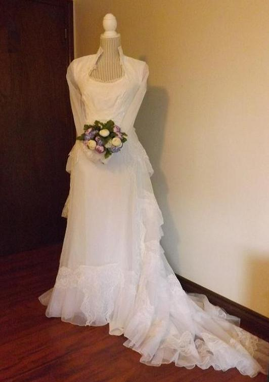 Bridal Gowns For Rent  : Gorgeous vintage organza bridal gown with matching veil