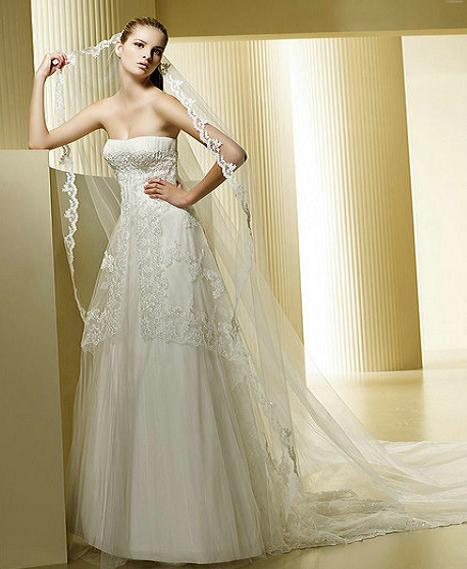 Layered satin and tulle wedding gown en satin et for Tulle layered wedding dress